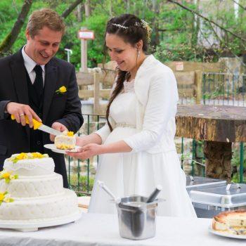 Brautpaar beim Anschneiden der Hochzeitstorte