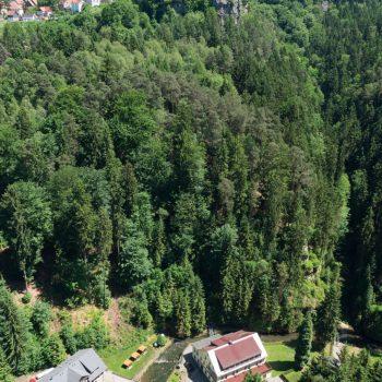 Ausblick vom Hockstein auf Hohnstein, das Polenztal und den Schindergraben