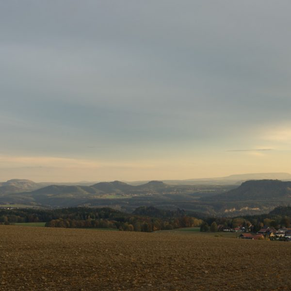 Aussichtspunkt Hohburkersdorfer Linde, Aussicht auf die Tafelberge der Sächsischen Schweiz