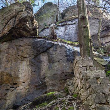 Felswand und Mauerreste am Bärengarten
