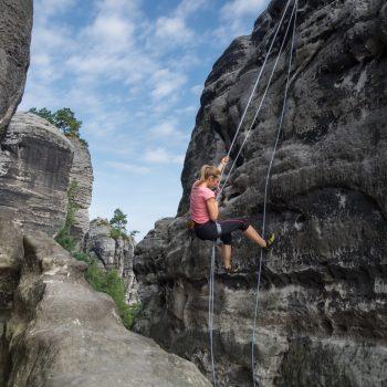 Gamrig, Klettern am Heidebrüderturm, Abseilen im Elbsandsteiengebirge
