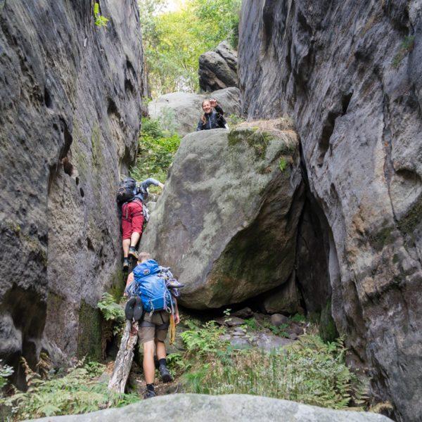 Aufstieg an großen Felsbrocken durch die Taubenschlucht, Pfaffenstein