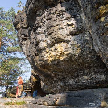 Am Fuße des Kletterfelsen Vierling, Pfaffenstein