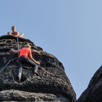 Aufstieg am Kletterfelsen Vierling, Maiweg
