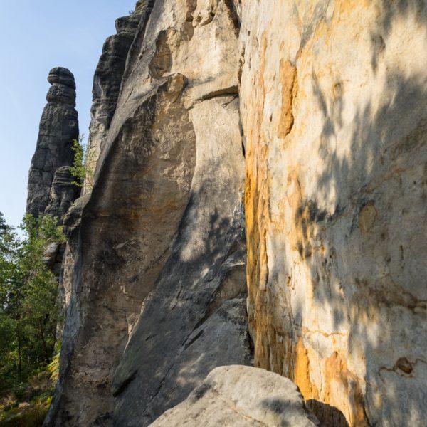 Pfad am Fuße des Pfaffenstein, mit Blick in Richtung Barbarine