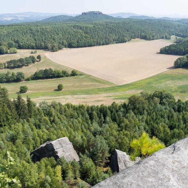 Ausblick vom Pfaffenstein auf den kleinen Kletterfelsen Klamotte