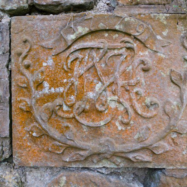 alte Inschrift im Sandstein, Schlosspark Grillenburg