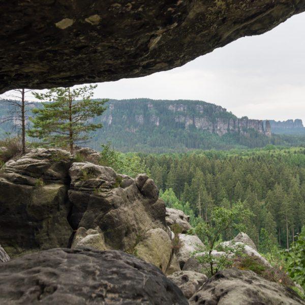 Ausblick unter dem Felsüberhang in Richtung Affensteine und Schrammsteine