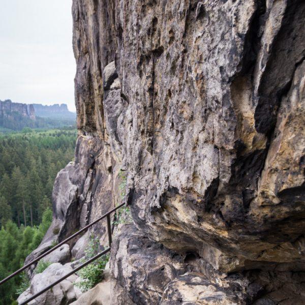 Weg zum Schneiderloch, Blick auf die steile Felswand, Wanderung Kuhstall