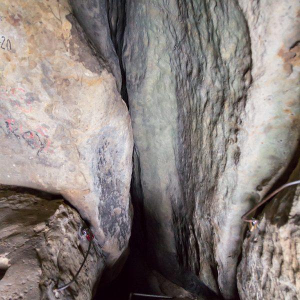 Miniatur-Stiege und Felswände im Schneiderloch, Wanderung Kuhstall