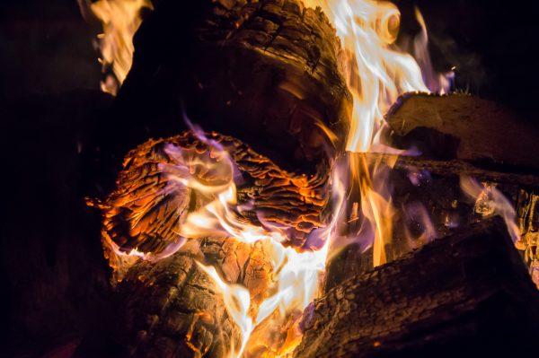 Orange glühendes Holz am Lagerfeuer