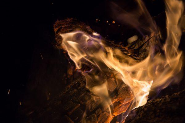 Flammen am Lagerfeuer, Momentaufnahme