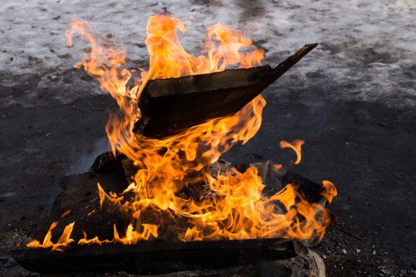 Leuchende Flammen am Lagerfeuer