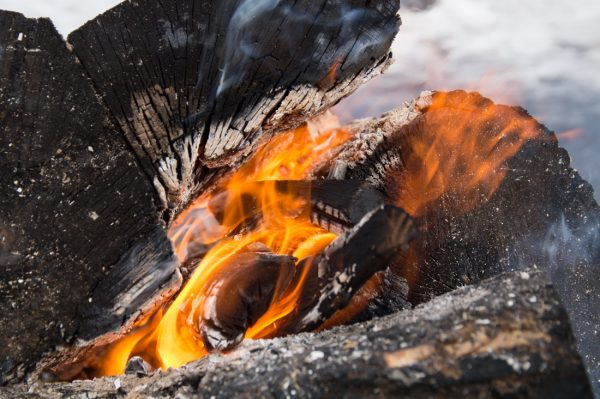 Flammen und Rauch, Moment am Lagerfeuer