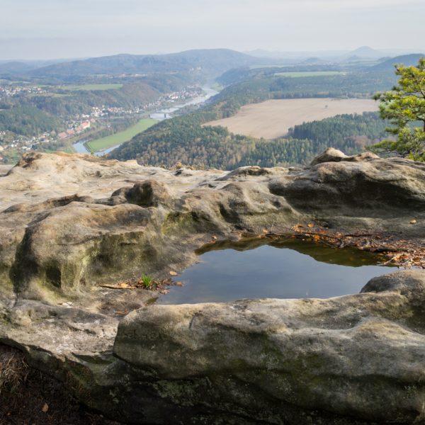 Felsen am Lilienstein und Blick nach Bad Schandau
