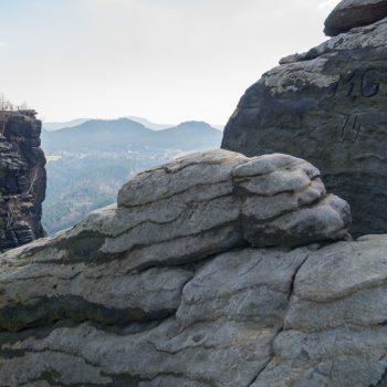 Blick auf Sandstein und den Wettin-Obelisk