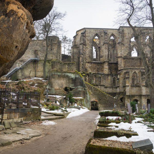 Mauern der Klosterkirche Oybin und Friedhof