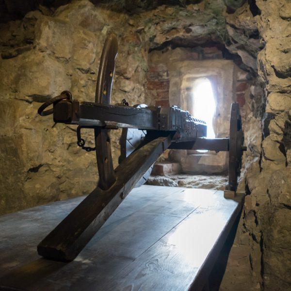 Schießscharte im Halbschalenturm der Burg Oybin