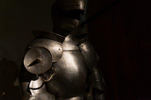 Ritterrüstung im Halbschalenturm der Burg Oybin