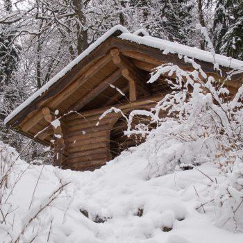 verschneite Schutzhütte am Prießnitz-Wasserfall