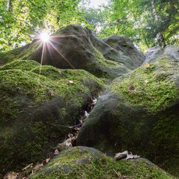 Felsen und Lichtstimmung am Wanderweg zum Quirl
