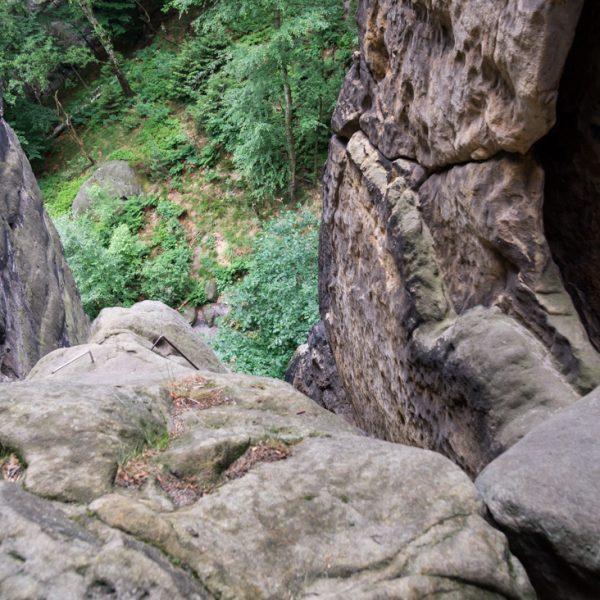 Blick entlang der Sandsteinwände und in die Tiefe, an der Rübezahlstiege