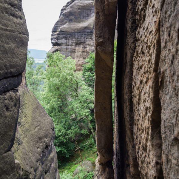 Blick von der Rübezahlstiege auf einen Felsspalt und in Richtung Schwarzes Horn