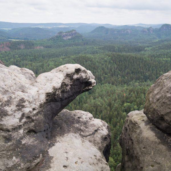 Felsformationen am Kleinen Winterberg mit Ausblick in die Hintere Sächsische Schweiz