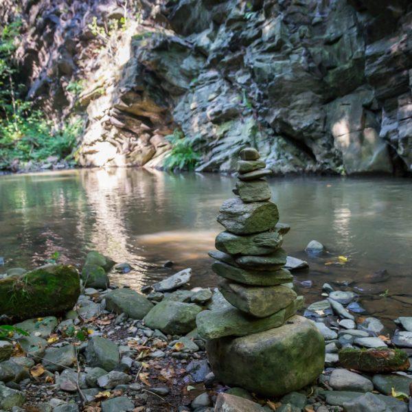 Am Flussufer gegenüber des Trompeterfels, Rabenauer Grund