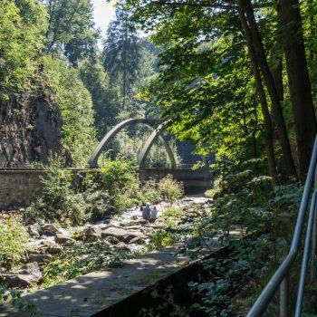Treppe und Aufstieg kurz nach der Rabenauer Mühle, Schienen und Bogenbrücke