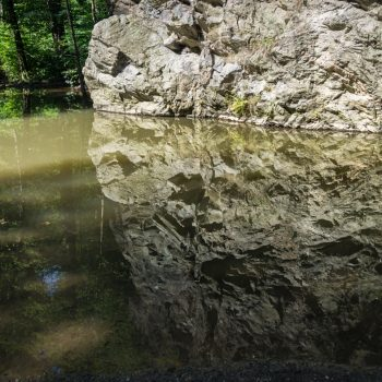 Spiegelung des Felsens am Flussufer der Roten Weißeritz