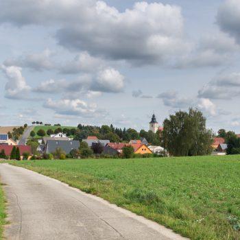 Radweg bei Großerkmannsdorf, Blick zurück auf die Dorfkirche