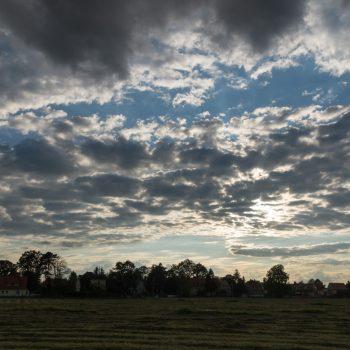 Wolken und Abendlicht am Elbufer in Dresden
