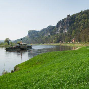 Wiesen am Elberadweg bei Rathen, mit Blick in Richtung Elbe und zum Fels Wartturm