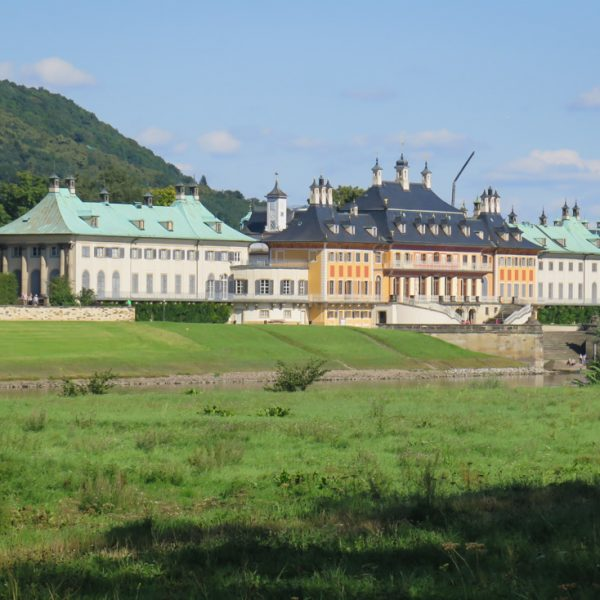 Am Elberadweg mit Blick auf das Schloss Pillnitz