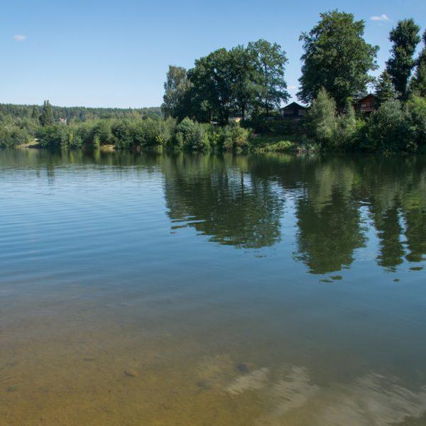 Blick auf das klare Wasser der Talsperre Malter