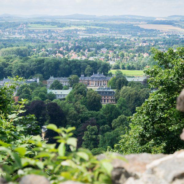 Ausblick von der künstlichen Ruine auf Schloss Pillnitz