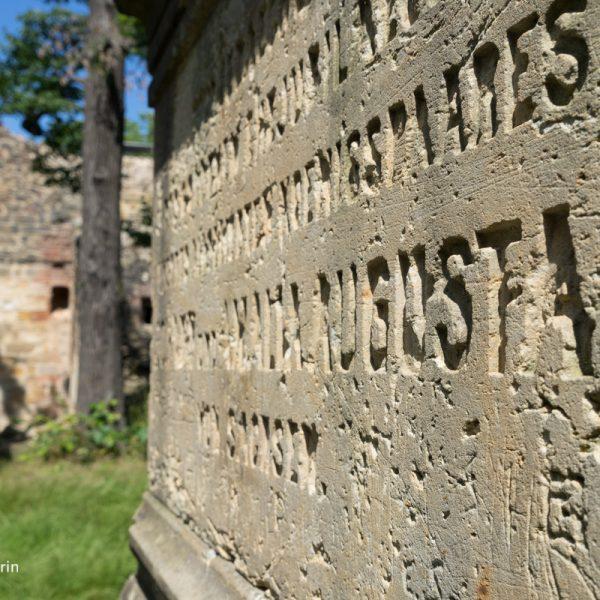 Denkmal an der küstlichen Ruine Pillnitz
