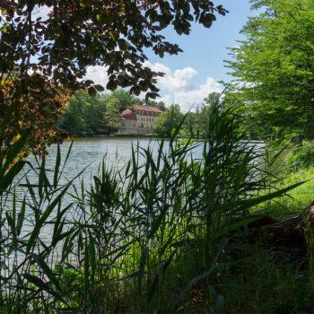 Blick auf den Schlossteich und das Schloss Hermsdorf