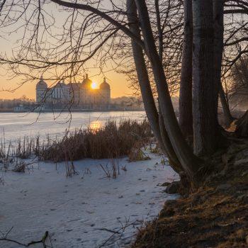 Sonnenuntergang am gefrorenen Schlossteich in Moritzburg