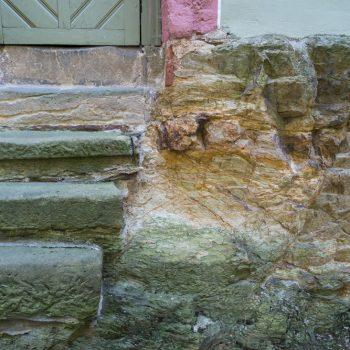 Detailaufnahme im mittelalterlichen Bereich von Schloss Weesenstein, Treppe und Felsen