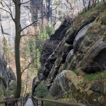 Aufstieg über steile Metall-Treppen