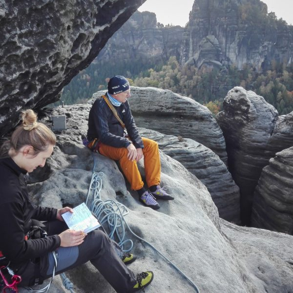 Auf dem Gipfel des Falkenstein, Gipfelbuch unterhalb des Felsen