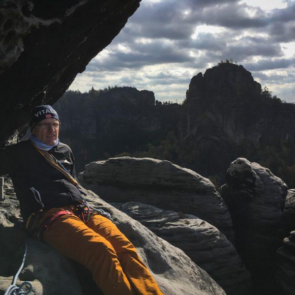 Auf dem Gipfel des Falkenstein, Blick zu den Schrammsteinen