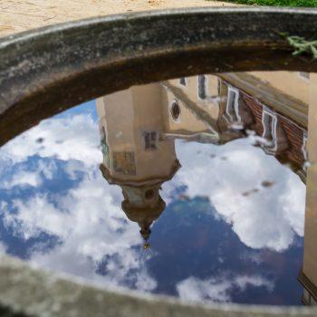 Spiegelung des Schloss Hermsdorf im Brunnen, im Schlosspark