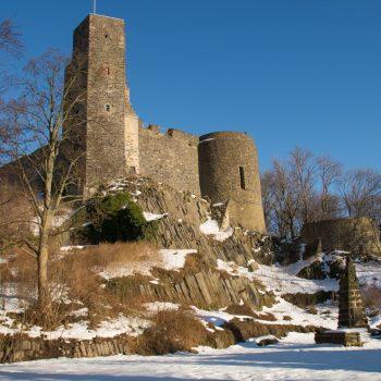 Blick auf die Burg Stolpen und Basaltstrukturen