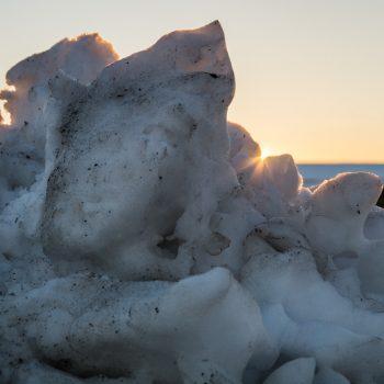 Abendlicht hinter einem Schneehügel bei Stolpen