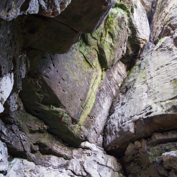 steile Felswand in der Richtergrotte