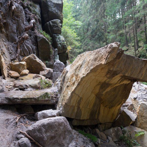 abgebrochener Sandsteinblock im Kehlloch