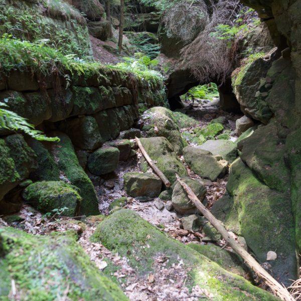 trockenes Flussbett und kleines Felsloch im Zscherregrund